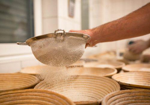Brotkörbe werden mit Mehl bestäubt
